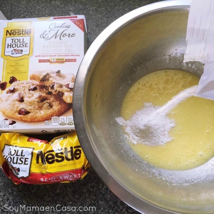 Mezclando ingredientes para galletas con chocolate